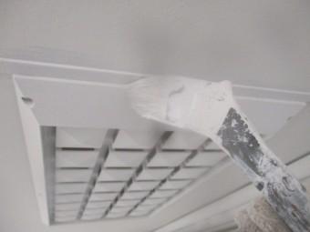 排気口の2回目刷毛塗装中です