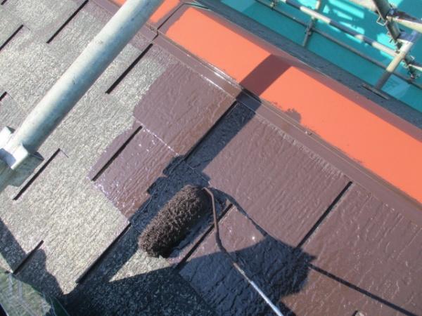 スレート屋根の中塗り中です