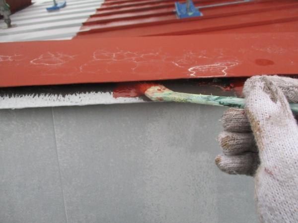 笠木のさび止め刷毛塗装中です