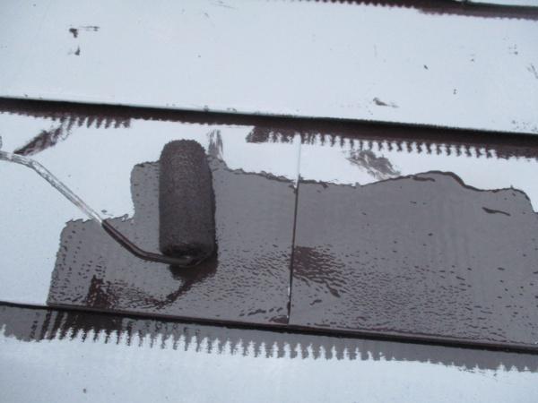 屋根板金のローラー塗装中です