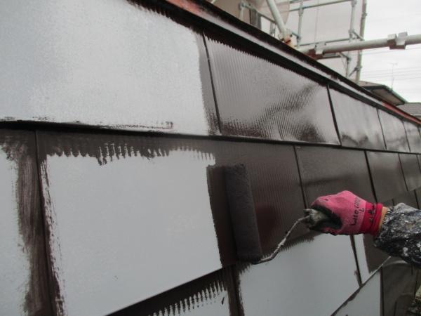 パラペット外側のローラー塗装中です
