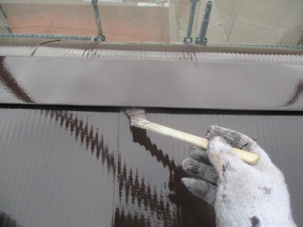 屋根部分の刷毛塗装中です