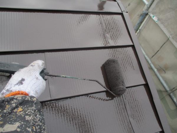 屋根部分のローラー塗装中です