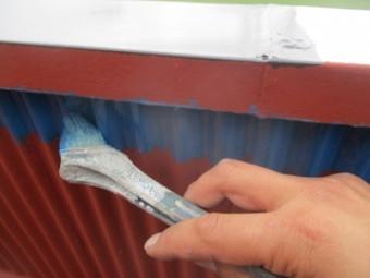 排水溝のさび止め塗装中です