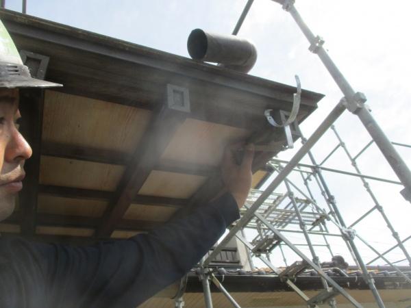 玄関屋根の雨樋の取り付けです