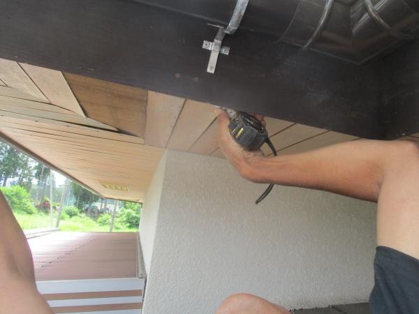 軒天の重ね葺き部分の寸法を測ります