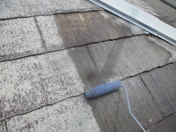 屋根の下塗り塗装中です