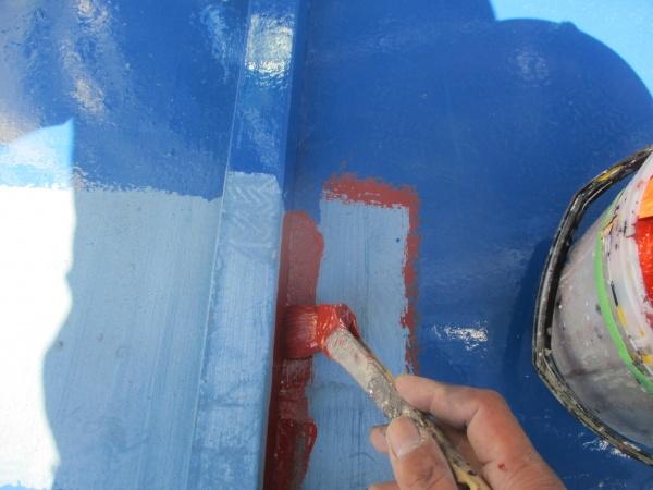 足場の足を上げさび止め塗装中です