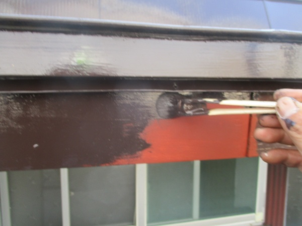 破風板の塗装中です