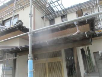 玄関屋根の雨樋取り付けが終了しました