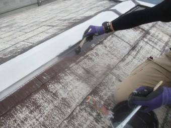 2階屋根の中塗り刷毛塗装中です