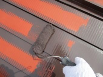 屋根中塗りのローラー塗装中です