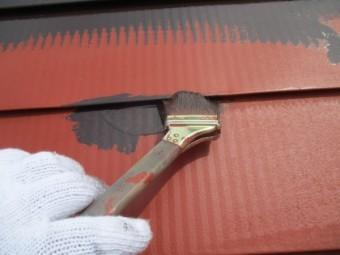屋根中塗り刷毛塗装中です