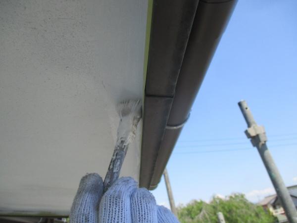 軒天の1回目刷毛塗装中です