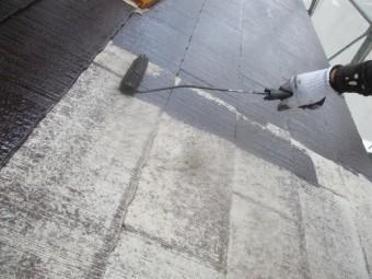1階屋根の中塗りローラー塗装中です