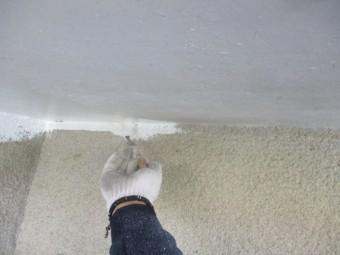 軒天の2回目刷毛塗装中です