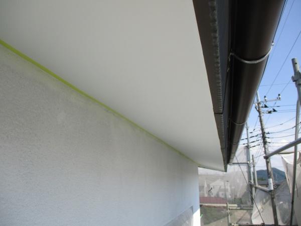 軒天側に見切りテープを貼りました