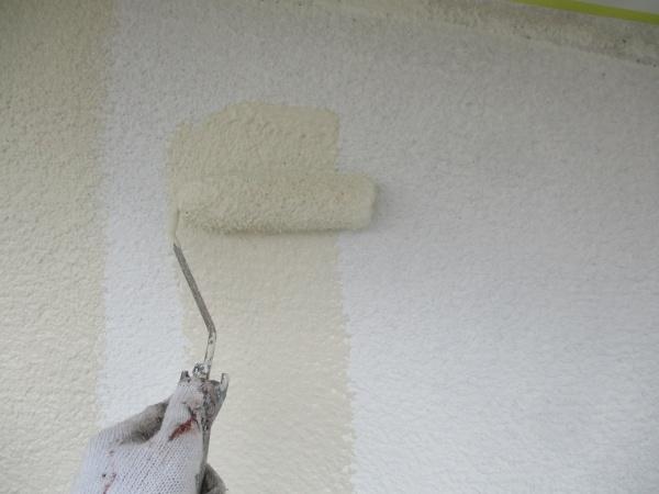 外壁の中塗りローラー塗装中です