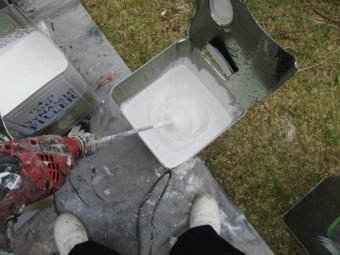 下塗り塗料の撹拌中です