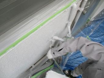 1階外壁の下塗り刷毛塗装中です