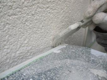 1階屋根の上塗り刷毛塗装中です