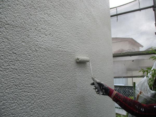 1階屋根の上塗りローラー塗装中です