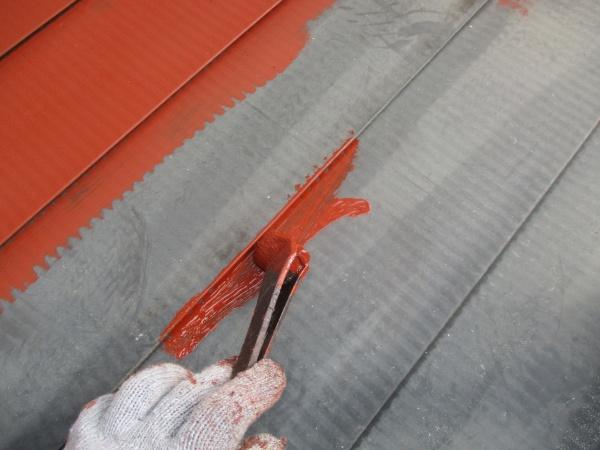 1階屋根の下塗り刷毛塗装中です