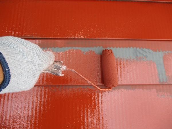 1階屋根の下塗りローラー塗装中です