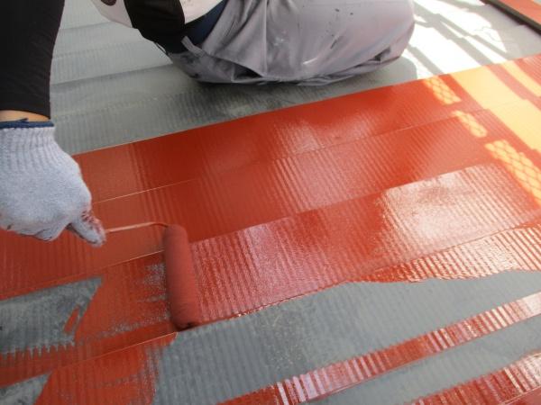 1階屋根の錆止め塗装中です