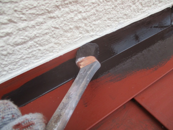 壁水切りの刷毛見切り塗装中です