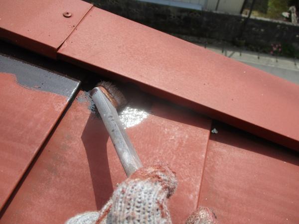 ケラバ板金とルーフの隙間を刷毛塗装中です
