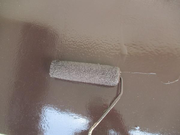 出窓天板の上塗りローラー塗装中です
