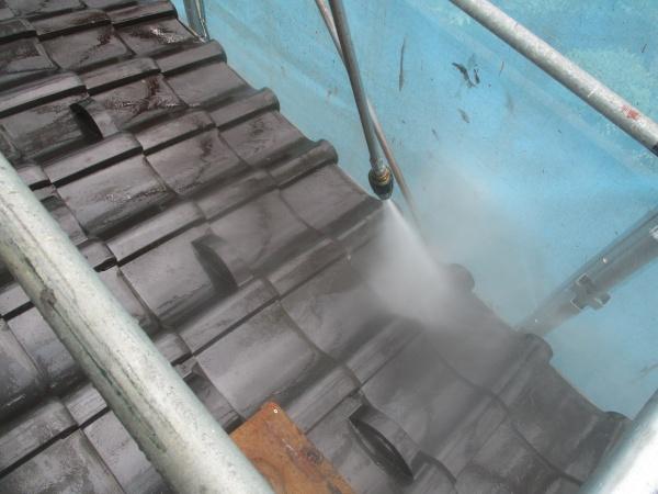 屋根の汚れを洗い流します