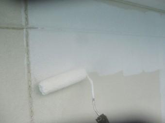 外壁の下塗り中です