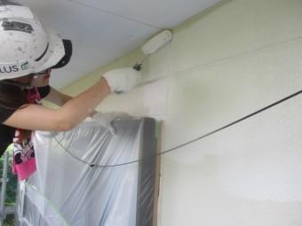 軒天との取り合いをローラー塗装中です