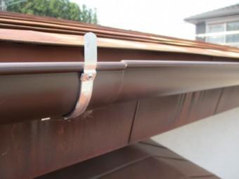 軒樋を突き合わせで繋ぎます