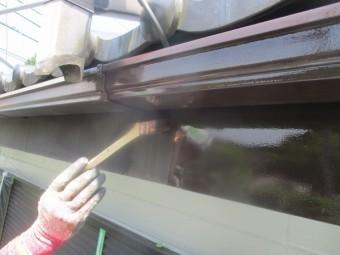 鼻隠しと軒樋の中塗り刷毛塗装中です