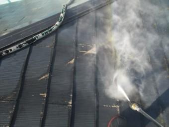 屋根洗浄中です