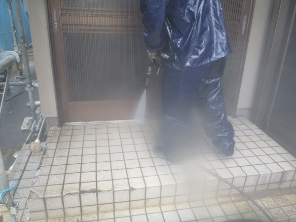 玄関アプローチの洗浄中です
