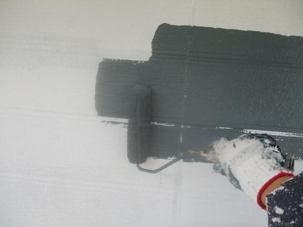 窯業系外壁のローラー中塗り中です