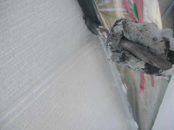 窯業系外壁の刷毛塗装中です