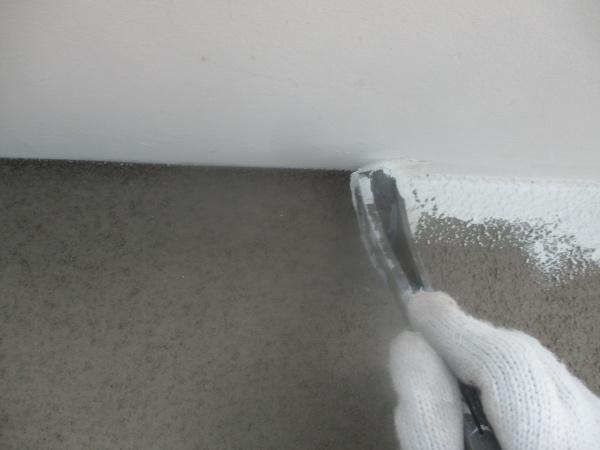 1回目軒天刷毛塗装中です