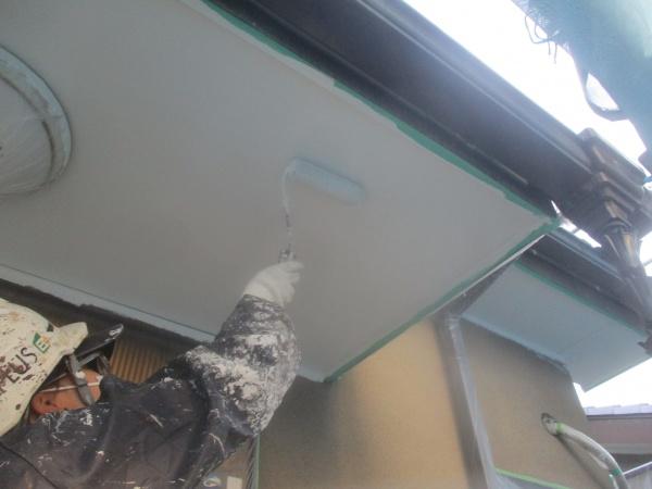 1回目軒天ローラー塗装中です