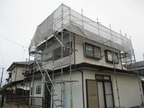 宇都宮市で棟板金の補修とコロニアル屋根の塗装工事の着工です。