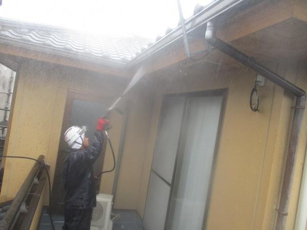 破風板と雨樋の洗浄中です