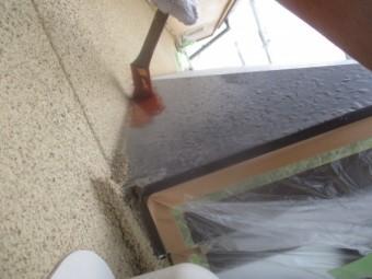 出窓天板の錆止め刷毛塗装中です