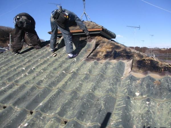 既存屋根材の撤去中です