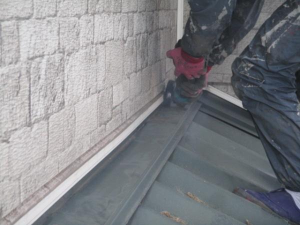 下屋根の水切り撤去中です