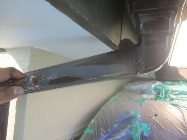 竪樋の上塗り中です