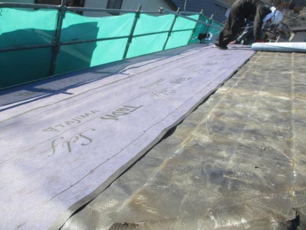 大屋根のルーフィング貼り付け中です